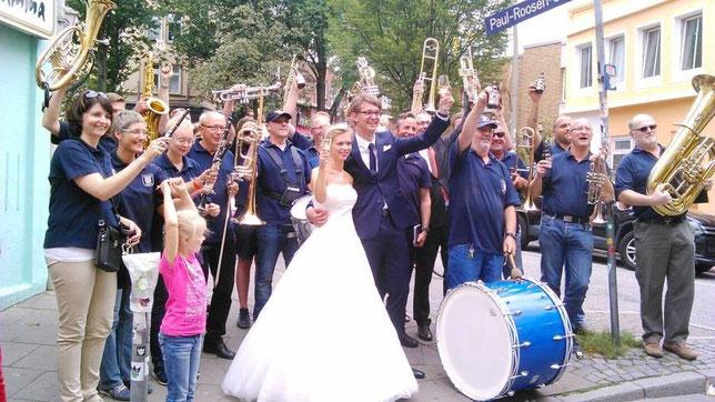 Hochzeitspaar Sydow mit Musikzug, in Hamburg 2014