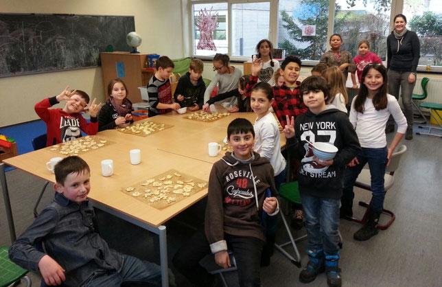 Klasse 3b in der Weihnachtsbäckerei