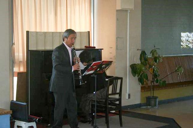 クラリネット奏者の半田裕一さんとピアノ伴奏の利根川澄子さん