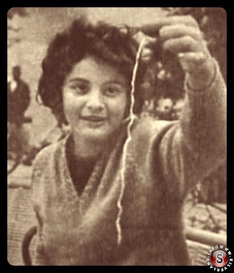 Donna che mostra uno dei filamenti
