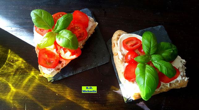 Selbstgebackene Dinkel-Buttermilch-Brötchen mediterran belegt - einfach frisch und lecker. So schmeckt Urlaub im sonnigen Süden auf einer Semmel! Von K.D. Michaelis