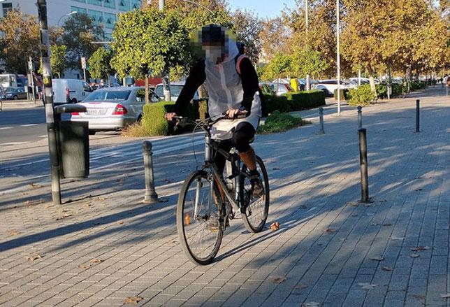 La aceras se ha convertido en una vía de circulación más de la ciudad de Valenciano
