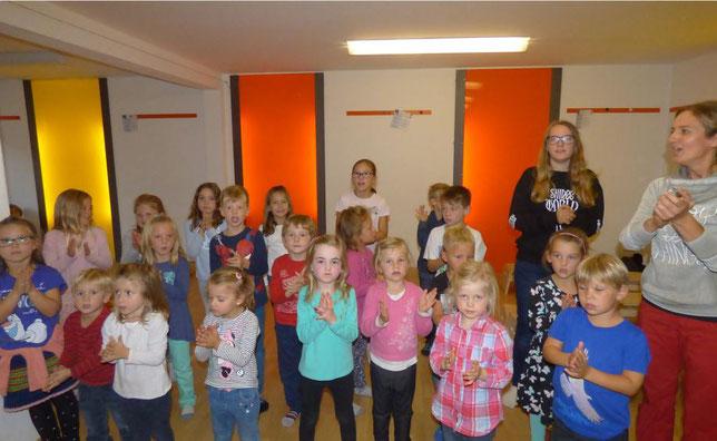 """Kinder proben das Musical """"Schmunzelstein"""" mit Annette Sperling in Dogern - Bild Doris Dehmel"""