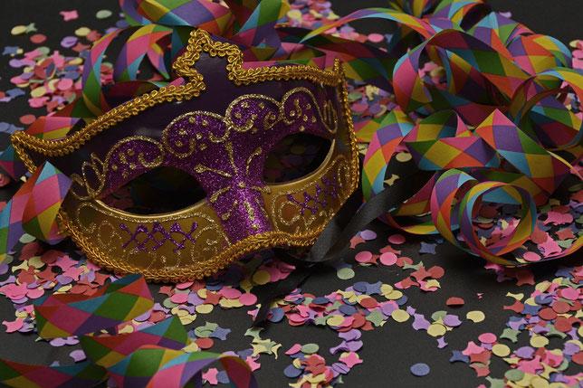 Maschera, coriandoli e nastri di carnevale