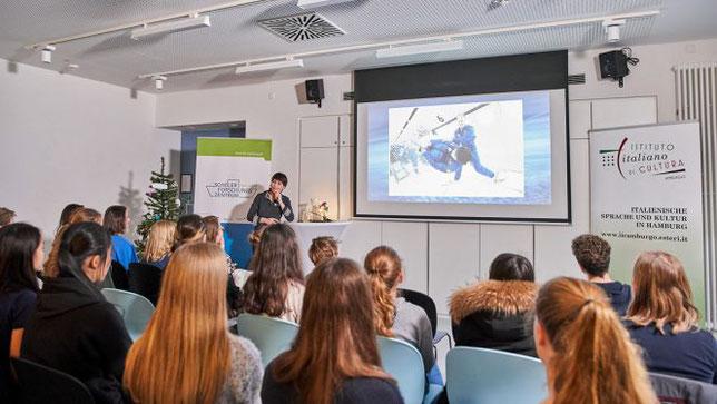 Astronautin Samantha Cristoforetti erzählt im Schülerforschungszentrum Hamburg von ihren Weltraumerfahrungen  (Foto: SFZ Hamburg/Claudia Höhne)