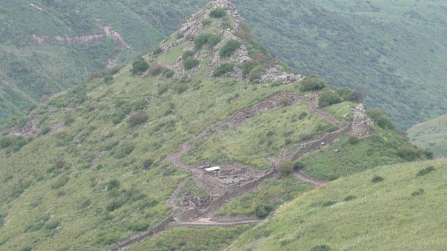 Руины поселения и стены Гамлы, у подножия утёса.