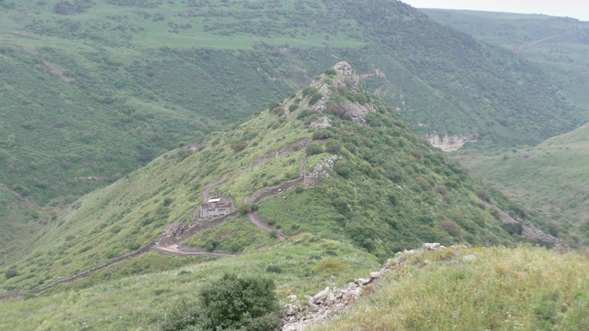 Утёс, отдалённо напоминающий горб верблюда и руины поселения Гамла