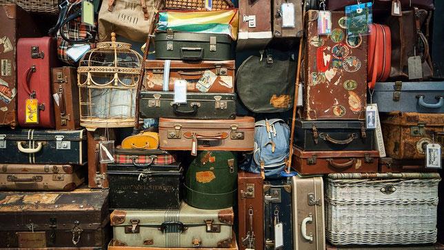 Foto eines Stapels alter Gepäckstücke