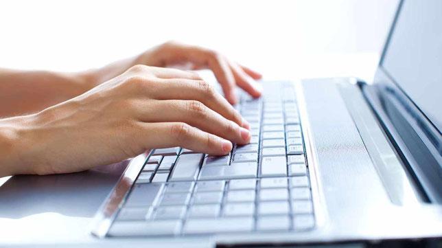 Finger auf PC-Tastatur
