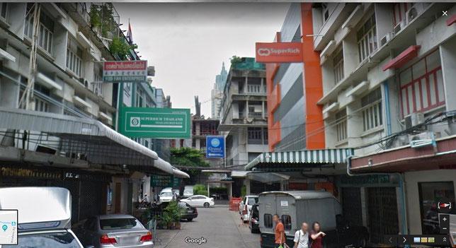 Google・グーグルマップの画像を使用。バンコク・BTSチットロム近郊の両替所の画像。スーパーリッチ(SuperRich)、スーパーリッチタイランド(SuperRich THAILAND)などが軒を連ねる