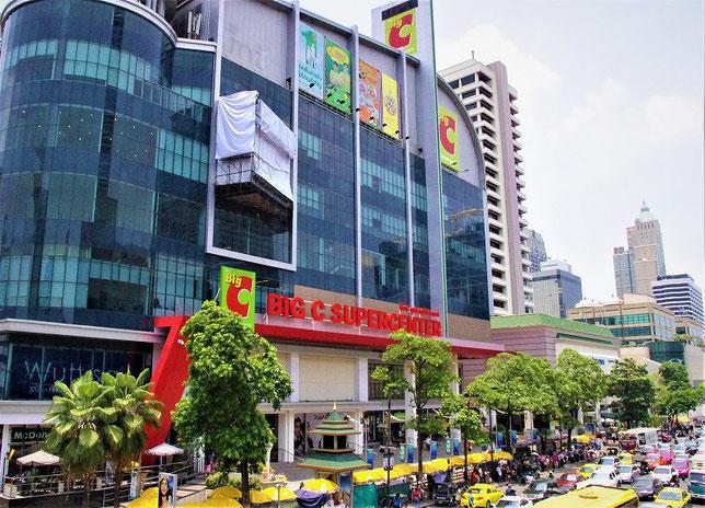 タイ旅行のお土産の買い物におすすめ。スーパーマーケット「BIG・C(ビッグ・シー)」タイ・バンコクのBTS・チットロム エリア店舗の外観の写真。「BIG・C SUPER CENTER」の看板と建物の写真
