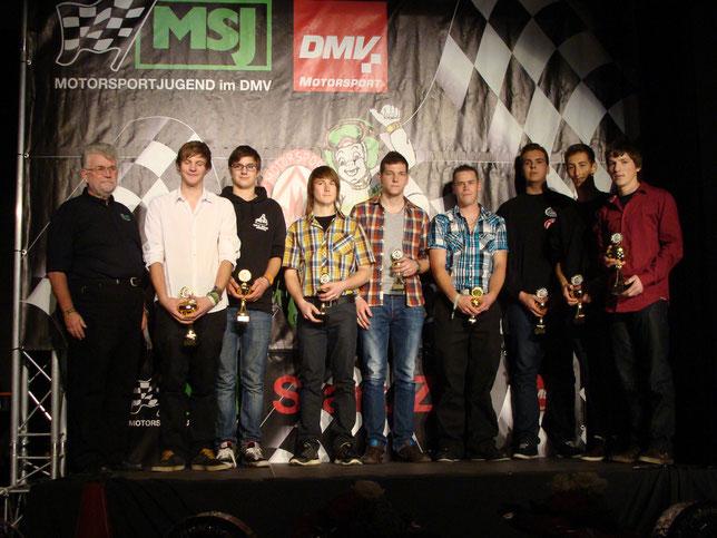 Andreas Prautsch erhält den Pokal für den 6. Platz bei den Deutschen Meisterschaften im SKS (4. v. links).
