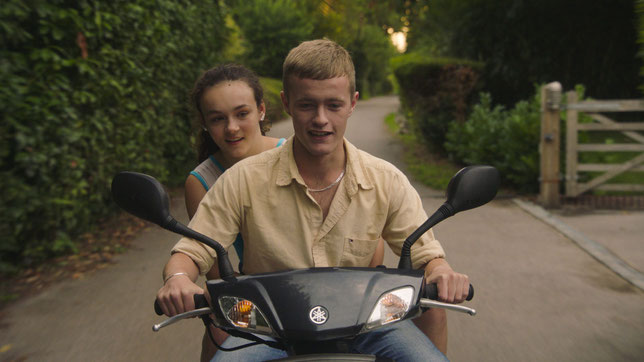Avec l'arrivée de son demi-frère Joe (Alfie Deegan), la jeune Leigh (Frankie Box) va se libérer (©Arizona Distribution).
