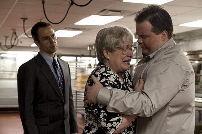 Richard Jewell (Paul Walter Hauser, à droite) est soutenu par son avocat (Sam Rockwell) et par sa mère (Kathy Bates) (©Claire Folger/Warner Bros.).