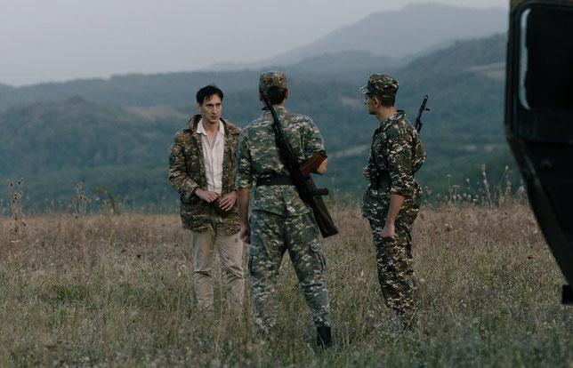 Alain (Grégoire Colin), expert international chargé d'examiner la viabilité de l'aéroport, doit s'expliquer avec les soldats du Haut-Karabagh (©Arizona Distribution).