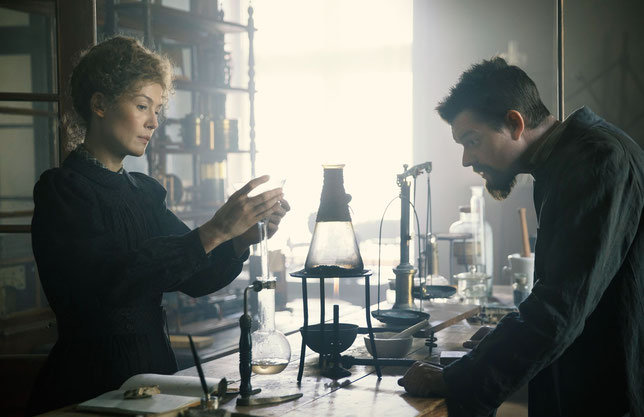 Les époux Marie et Pierre Curie (Rosamund Pike et Sam Riley) ont obtenu le Prix Nobel de physique en 1903 pour leurs travaux sur la radioactivité du radium et du polonium (©StudioCanal).
