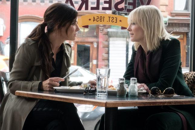 Sandra Bullock et Cate Blanchett mènent la bande de braqueuses (©Warner Bros).