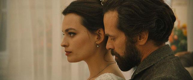 C'est par amour pour Adrienne Bourgès (Emma Mackey) que Gustave Eiffel (Romain Duris) aurait construit la tour Eiffel (©Antonin Menichetti/Pathé).