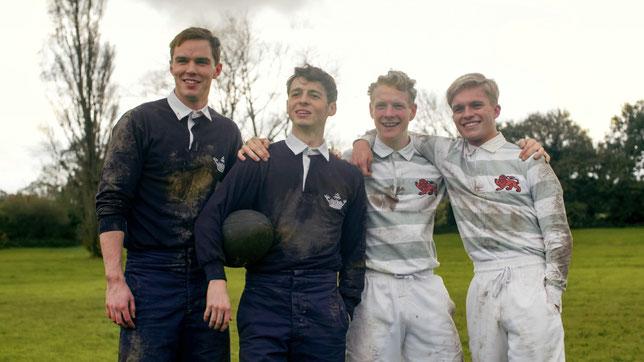 J.R.R. Tolkien (Nicolas Hoult, à gauche) et ses trois meilleurs amis étudiants jouent ensemble au rugby et vont créer un groupe littéraire baptisé la Tea Club Barrovian Society (©20th Century Fox).