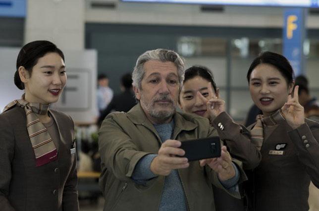 Après plusieurs jours passés à l'intérieur de l'aéroport de Séoul, Alain Chabat devient une vedette des réseaux sociaux coréens (©Gaumont).