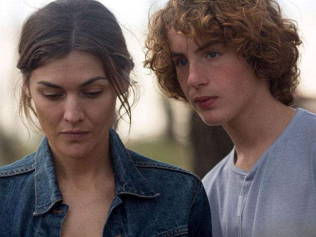 Elena (Marta Nieto) rencontre Jean (Jules Porier), un adolescent qui a l'âge de son fils disparu (©Manolo Pavon/Le Pacte).