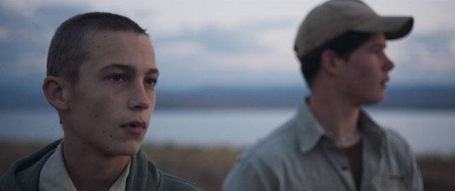 Pieter (Alex van Dyk, à gauche) et Janno (Brent Vermeulen), deux ados rivaux au sein d'une même famille (©Pyramide Films).