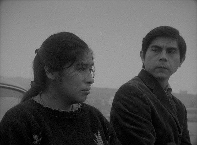 La jeune maman Georgina (Pamela Mendoza) s'en remet au journaliste Pedro Campos (Tommy Parraga) pour tenter de retrouver son bébé (©Luxbox/Sophie Dulac Distribution).