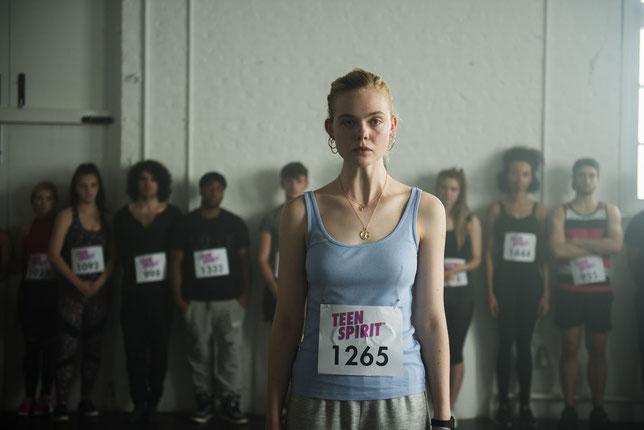 Violet (Elle Fanning), 17 ans, veut devenir chanteuse et s'inscrit à un concours d'amateurs (©Metropolitan Films).