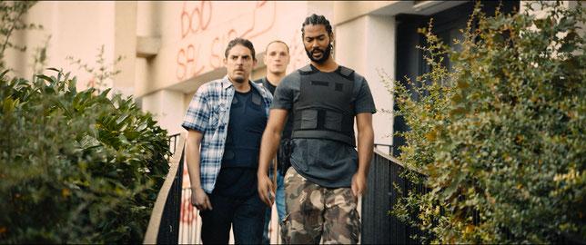 Les trois flics de la Brigade Anti-Criminalité de Montfermeil (de gauche à droite: Damien Bonnard, Alexis Manenti, Djebril Didier Zonga) sont confrontés quotidiennement aux tensions et à la violence de la cité (©Le Pacte).