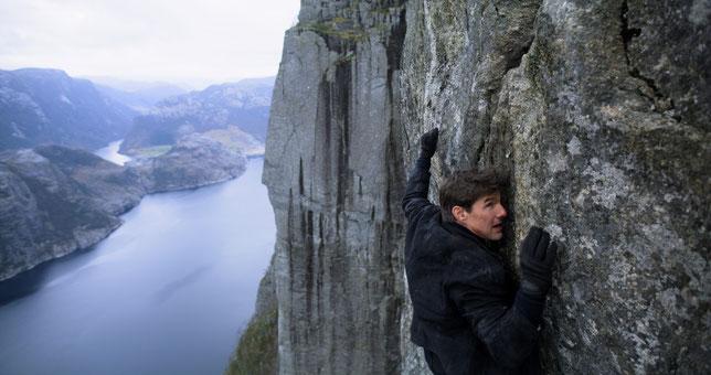 En fin de film, l'agent Ethan Hunt (Tom Cruise) escalade une falaise à mains nues (©Paramount Pictures).