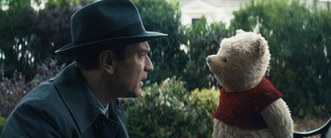 Les retrouvailles entre Jean-Christophe (Ewan McGregor) et son ami d'enfance, Winnie l'ourson (©The Walt Disney Company).