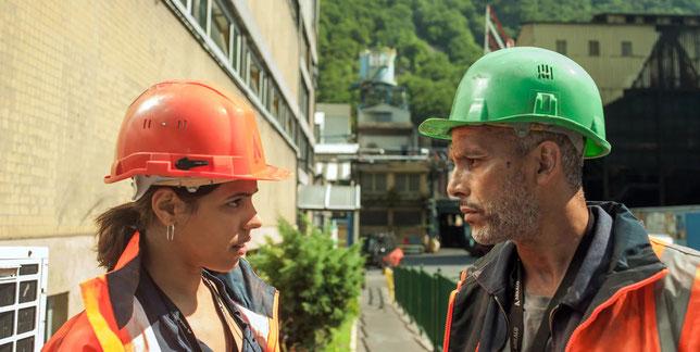 En prenant le poste d'infirmière dans l'usine de son père, Nour (Zita Hanrot) va s'apercevoir que celui-ci (Sami Bouajila) lui ment sur l'état de santé de certains ouvriers (©Ad Vitam Distribution/Les Films Velvet/Les Films du Fleuve).