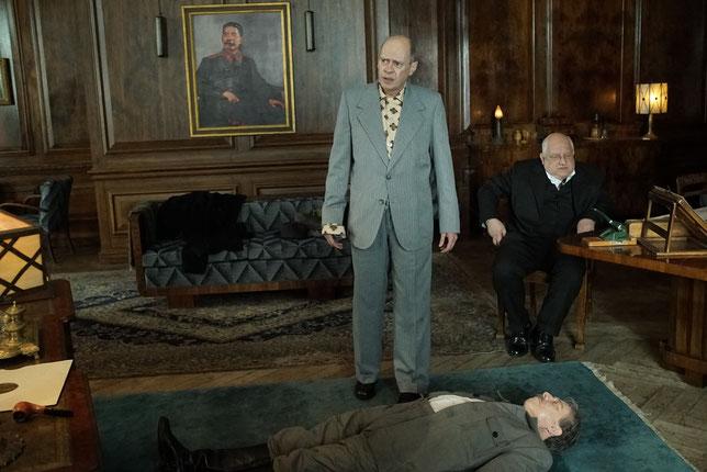Khrouchtchev (Steve Buscemi, à gauche) et Beria (Simon Russell Beale) constatent le décès de Staline -et pensent déjà à sa succession (©Mitico/Main Journey/Gaumont).