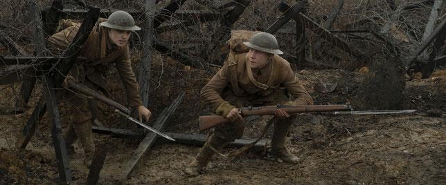 Les soldats britanniques Blake (Dean Charles Chapman, à gauche) et Schofield (George MacKay) sont envoyés pour une mission dangereuse sur le front de l'Ouest, le 6 avril 1917 (©UPI).