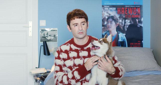 Non, Nicolas Maury ne participe pas à un concours de pulls moches dans le film qu'il réalise et qu'il interprète (©Les Films du Losange).