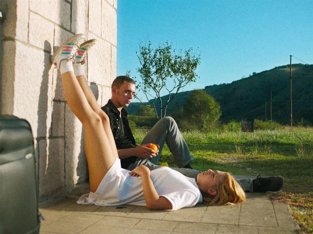 Alma (Sara Luna Zorić), qui s'ennuie avec son cousin Emir (Ernad Prnjavorac), est à la recherche de son père (©Sonata Films).