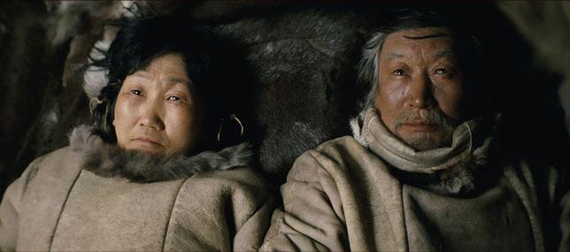 Feodovia Ivanova (à gauche) et Mikhail Aprosimov sont les deux acteurs principaux du film (©Arizona Films).