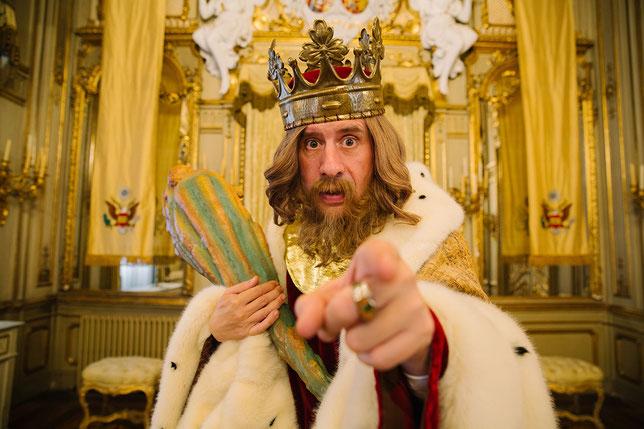 En l'an 9177, le roi, dans son manteau d'hermine et avec sa massue de carton-pâte, exerce toujours son pouvoir arbitraire (©Tamasa Distribution).