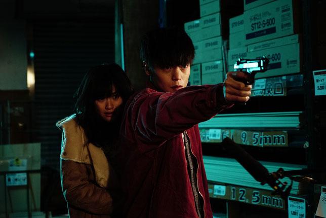 Monica la jeune prostituée (Sakurako Konishi) et Leo le boxeur (Masataka Kubota) fuient les yakuzas japonais et les triades chinoises à leurs trousses (©Haut-et-Court).