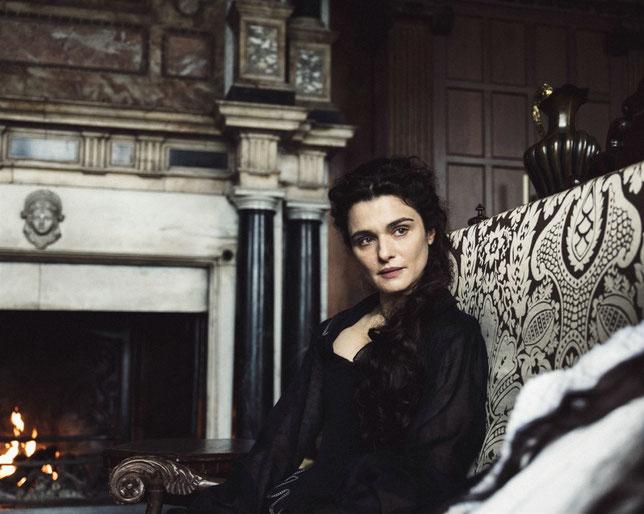 Rachel Weisz est la favorite de la reine Anne d'Angleterre, bientôt menacée par Emma Stone (©20th Century Fox).