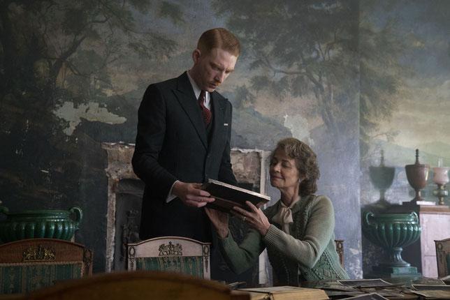 Le Dr Faraday (Domhnall Gleeson) revient dans le domaine de Mme Ayres (Charlotte Rampling) qu'il avait fréquenté étant enfant (©Nicolas Dove/Pathé Films).