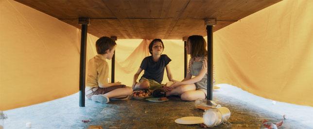 Simon (à gauche) partage un gros secret avec ses nouveaux amis Thomas et Madeleine (©Jour2Fête Distribution).
