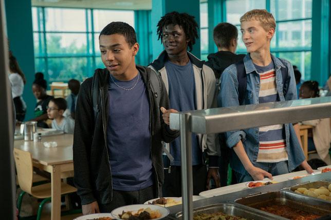 Comme ses copains, Yanis (Liam Pierron, à gauche) ne croit pas que l'école va lui permettre de trouver du travail dans le futur (©Gaumont).