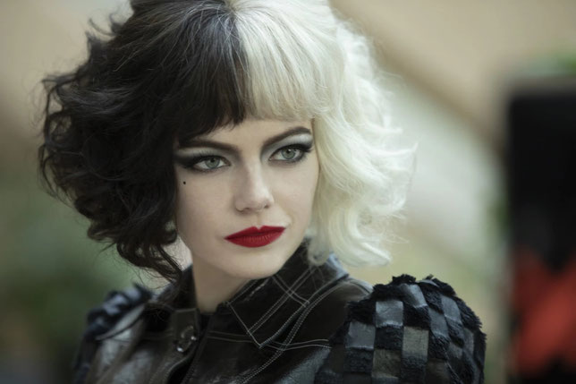 Mi-brune, mi-blonde, Estella est aussi Cruella, interprétée par Emma Stone (©Walt Disney).