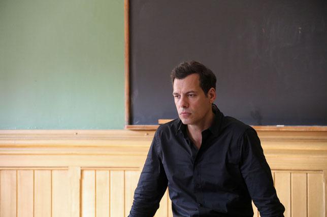 Laurent Lafitte est perplexe devant l'hostilité des élèves de la classe dans laquelle il débarque comme prof suppléant (©Haut et Court).