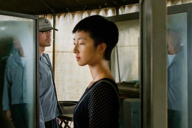 En fuite, Zhou Zhenong (Hu Ge, au second plan) suit Liu Aiai (Gwei Lun Mei) près du Lac aux oies sauvages, pour se cacher (©Memento Films).