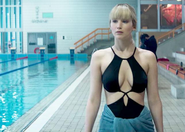 Jennifer Lawrence interprète une espionne russe qui use de ses charmes, comme ici à la piscine (©20th Century Fox).