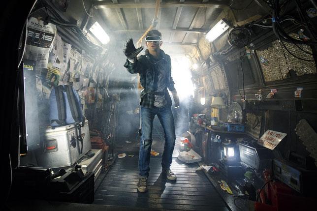 En 20145, dans le mobile-home qui lui sert d'appartement, Wade (Tye Sheridan) s'échappe de la vie quotidienne grâce à la réalité virtuelle (©Warner Bros)
