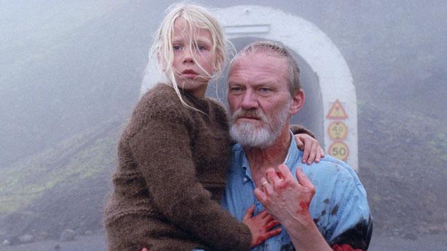 Le grand-père (Ingvar Sigurdsson) protège sa petite-fille de 8 ans (©Urban Distribution).