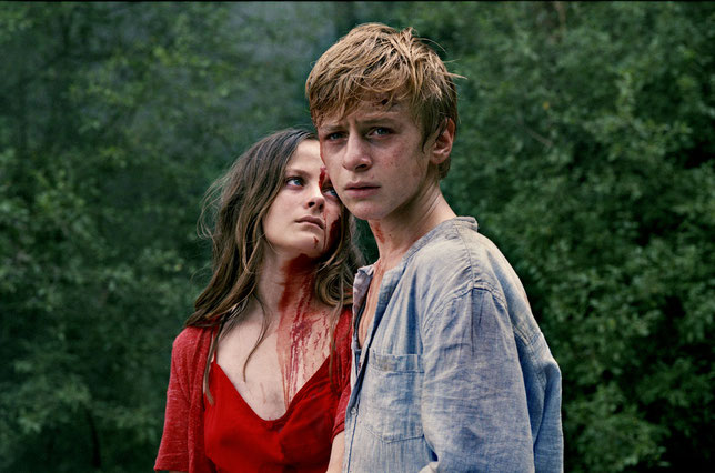 Gloria (Fantine Harduin) et Paul (Thomas Gioria) s'enfuient loin des adultes (©The Jokers Films).